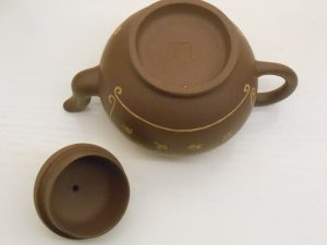Round teapot with decoration 泥绘圆壶